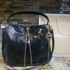 NEW w/ TAGS GORGEOUS Authentic Michael Kors Tote This bag is just beautiful!!! 😍😍😍😍 this bag is even prettier in person. Hard to give up this beauty! This bag has an attached shoulder strap which is convenient 👍. This bag is brand new with tags 😀 thank you for stoping by my closet 😉 Michael Kors Bags Totes