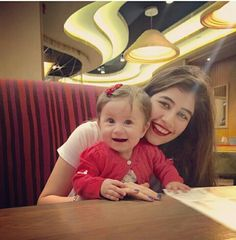 Syra shehroz with daughter nooreh