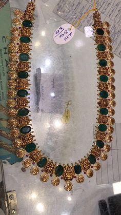 Gorgeous gold long haaram with Ram parivar kasu and emeralds. Long haaram with Ram parivar kasu hangings. Gold Chain Design, Gold Bangles Design, Gold Jewellery Design, Fancy Jewellery, Latest Jewellery, Indian Jewelry Sets, Silver Jewellery Indian, Temple Jewellery, Emerald Jewelry