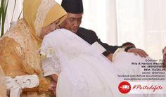 Prosesi sungkeman |  Wita & Hantoro muslim wedding in Jakarta. Wedding photo by defoto. follow twitter @defoto3 | #walimatulursy #weddingphotography #weddingmuslim