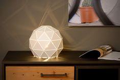 Geometryczny kształt lampki Otona sprawia, że będzie ona ciekawą dekoracją wnętrza. Otona zwiększy przytulność w salonie lub sypialni.  Lampa nadaje się do użytku ze źródłem światła LED i posiada włącznik na kablu. W serii dostępne są dwa kolory: czarny i biały, a także żyrandole oraz kinkiety.