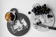 MOOMIN Muurla Chop & Serve board 20cm IN THE KITCHEN Tove Jansson, Moomin, Cutting Boards, Multifunctional, How To Memorize Things, Table Settings, Joy, Illustrations, Traditional