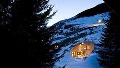 House built into a mountain    Link: http://casavogue.globo.com/arquitetura/arquitetos-enterram-casa-na-montanha/