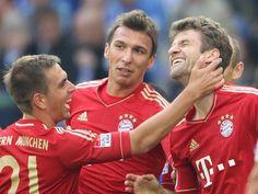 Thomas Müller (r) wird seinem Kapitän Philipp Lahm (l) liebevoll geohrfeigt. Müller erzielte das zweite Tor der Münchner geschickt mit dem Außenrist. Die Bayern gewannen souverän auf Schalke mit 2:0. (Foto: Friso Gentsch/dpa)