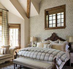 combinado com um ambiente rústico, o papel de parede com textura vintage de cor neutra e suave, é uma escolha certeira. Ele traz um toque refinado ao quarto do casal, e junto dos móveis rústicos gera um espaço super aconchegante. Por Slifer Designs