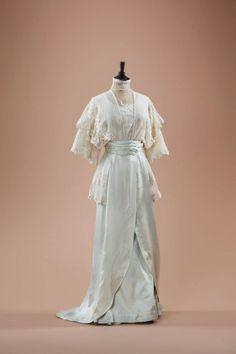 Historical fashion and costume design. Edwardian Gowns, Edwardian Clothing, Antique Clothing, Edwardian Fashion, Historical Clothing, Vintage Fashion, Fashion Goth, Vintage Outfits, Vintage Gowns