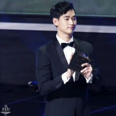 "awesome Kim Soo Hyun - [05/26/2015] Kim Soo-hyun gives award to ""Baeksang Arts Awards""."