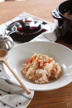 トマトを丸ごと入れた、野菜の旨味が広がる洋風炊き込みご飯です。大人は仕上げにこしょうをたっぷり振って♪