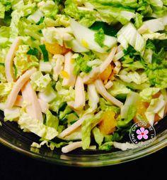 Chinese kool, mandarijntjes, bosuitje, komkommer en kipreepjes. Heerlijke slanke salade.