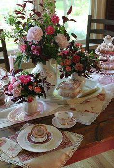 What a gorgeous tea time table! Table Vintage, Vintage Tea, Vintage Party, Rosen Tee, Tea Party Table, Party Tables, Afternoon Tea Parties, Beautiful Table Settings, Shabby Chic Interiors