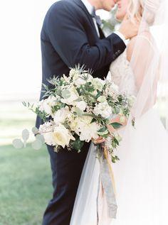 white bridal bouquet | Photography: Lauren Fair Photography