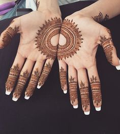 Simple geometric mehndi design, good for a simple bridal mehndi design or an Indian wedding guest mehndi design