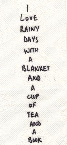 Me encantan los días lluviosos con una cobija y una taza de té y un libro.