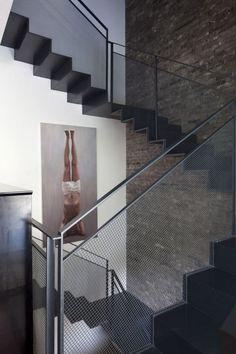 escalier de design moderne à plusieurs volées et marches en acier