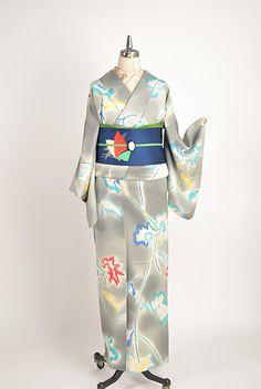 気品ただようグレーのぼかしに、澄んだ美しい色彩で幻想的に染め出されたモダンなフラワーデザインが印象的な袷着物です。