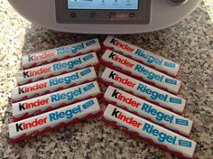 Kinder-Riegel Likör Kinder-bar liqueur by marbell. A Thermomix ® recipe from the Drinks category www.de, the Thermomix® Community. Kind Bars, Cocktails, Drinks, Brunch, Food And Drink, Cooking, Thumbnail Image, Limo, Desserts