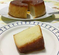 Pudim de Padaria Os ingrediente são: 3 ovos 1 xícara (chá) de açúcar 500 ml leite 6 colheres (sopa) bem rasas de farinha de trigo 1/3 xícara (chá) de coco ralado  1/3 xícara (chá) de queijo parmesão ralado 1 colher (sopa) rasa de manteiga ou margarina sem sal 1 colher (sobremesa) de essência de baunilha