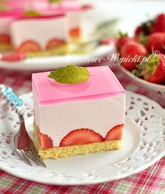 Götterspeise- Sahne- Kuchen A very light, frothy cake with a dish of gods and fresh fruit on a Delicious Cake Recipes, Yummy Cakes, Cookies And Cream Cake, Food Cakes, Sweet Cakes, Plated Desserts, Vanilla Cake, Cookie Recipes, Sweet Treats