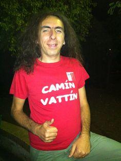 """ANGELO CARBONARA (""""IL BRUTTO"""" DI CIAO DARWIN)Le t-shirt """"Camìn Vattìn"""" sono in vendita presso il negozio Bidonville Store in Via Melo, 224 a Bari - tel. 080/9905699"""