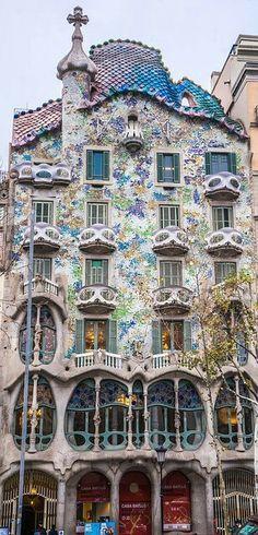 Extrem buntes Haus von Antonio Gaudi in Barcelona