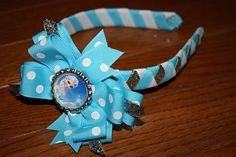 Items similar to Frozen Elsa Ana Woven Headband with detachable bottle cap Bow on Etsy Frozen Hair Bows, Frozen Headband, Elsa Frozen, Diy Craft Projects, Crafts For Kids, Craft Ideas, Diy Bottle, Bottle Caps, Diy Bow