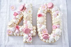 Cakes in the shape of numbers or letters are all the rage on the canvas right now. Most often on a base of shortbread, whipped cream, fresh fruit and a refined decoration with real flowers. But we can vary the base: sponge cake, biscuit joconde ….
