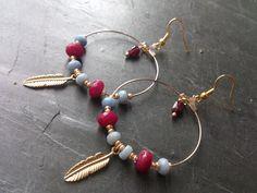 Boucles d'oreilles anneaux plumes doré, bleu et grenat
