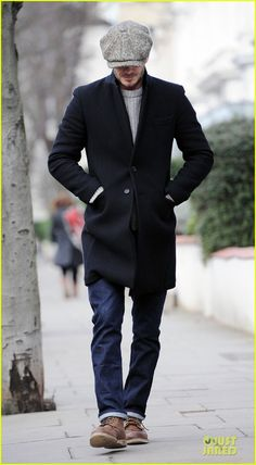 Wear a black overcoat with navy blue jeans to achieve a dressy but not too dressy look. Balance this outfit with brown leather casual boots. So when spring is in the air, this look has a good chance of becoming your first-choice. 40s Mens Fashion, Fashion For Men Over 40, Fashion Mode, Look Fashion, Autumn Fashion, Men's Casual Fashion, Formal Fashion, Fashion Sites, Fashion Vintage
