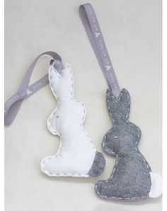 Ręcznie wykonana ozdoba do dziecięcego pokoju w popielatego króliczka. Króliczki wykonane są z naturalnego filcu , wnętrze to hypoalergiczny wkład.  Rozmiar to około 10cm szerokości na 20 cm wysokości