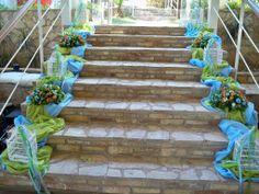 #βαπτιση στολισμος σκαλιων με συνθεσεις λουλουδιων και υφασματα γαζας σε 2 χρωματα