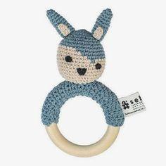Sebra rammelaar konijn gehaakt pastelblauw Village Boy | Lief en Klein