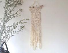 Diese Makramee ist einzigartig und handgefertigt mit natürlicher Baumwolle Bindfäden. Als eine Wand hängen, einen Vorhang oder Raumteiler einsetzbar.
