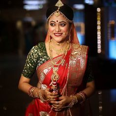 Stunning Bengali Brides That Are The New Trendsetter! Bengali Bridal Makeup, Bengali Wedding, Bengali Bride, Simple Bridal Makeup, Bridal Makeup Looks, Indian Bridal Photos, Bridal Photoshoot, Bride Portrait, Brides And Bridesmaids