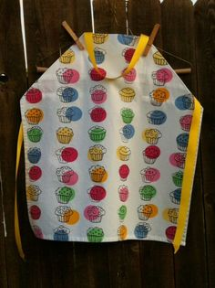 Cute apron for a little girl! Sewing Ideas, Sewing Projects, Sewing Patterns, Little Girl Gifts, Little Girls, Girl Cupcakes, Cute Aprons, Cupcake Party, K2