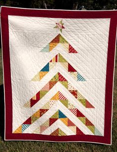 Christmas tree quilt It is my secret desire in life to make a christmas quilt. This would be so fun in christmas fabrics! Christmas Tree Quilt, Christmas Sewing, Noel Christmas, Christmas Quilting, Xmas Tree, Modern Christmas, Family Christmas, Beautiful Christmas, Simple Christmas