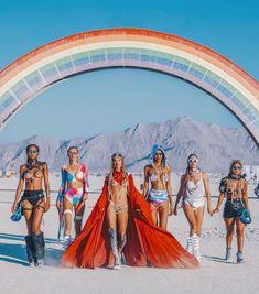 Alessandra Ambrosio and girlfriends at Burning Man Festival 2018 Burning Man Outfits, Burning Man Girls, Burning Man Art, Music Festival Outfits, Festival Costumes, Festival Fashion, Img Models, Alessandra Ambrosio, Mardi Gras