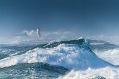 Roches de #Portsall en #Bretagne au nord #Finistère ... Mer énorme de Noroit, les montagnes d'eau verte déferlent en écumes puissantes dans les parages de la tourelle de Corn-Carhaï. A l'époque, un monstre de fer nommé Amoco Cadiz était venu mourir à cet endroit ... http://www.ewan-photo.fr/photos-tempetes-bretagne-finistere.html