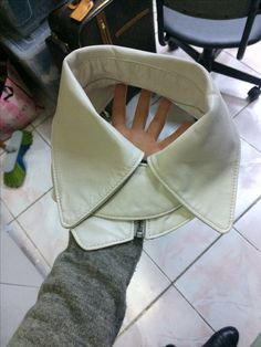 Beige leather collar!