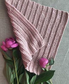 Hæklet karklud i ribmønster - sådan gør du | ISABELLAS Crochet Towel, Crochet Baby, Knit Crochet, Crotchet, Free Chunky Knitting Patterns, Knit Patterns, Baby Romper Pattern, Crochet Projects, Diy And Crafts
