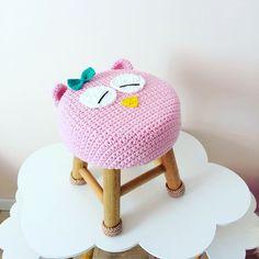 Single Seats For Living Room Key: 1818115621 Crochet Home, Crochet For Kids, Crochet Baby, Crochet Beanie Pattern, Crochet Patterns, Crochet Furniture, Baby Toy Storage, Hello Kitty Purse, Stool Covers