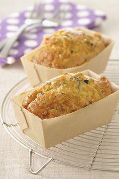 Recette Cake au chèvre, lardons et noix :  1/Préchauffez le four à 180°C (thermostat 6).2/ Découpez le chèvre en morceaux, hachez grossièrement les n...