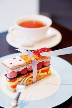 刻々と進化し続けている京都のスイーツ事情。甘党女子にはたまらない、かわいく、おいしいスイーツのお店をご紹介します。    ◇甘くて、かわいいイチゴスイーツを堪能苺のお店 MAISON・DE・FROU Chocolate Desserts, Tea Time, A Food, Strawberry, Menu, Sweets, Candy, Fruit, Drinks