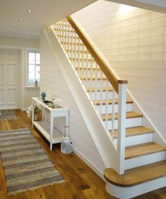 Gerade weiße Treppe im Beach-Haus.