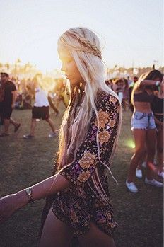 All eyes and ears are on Coachella. Last weekend was the first weekend of this muscic festival and the boho inspiration was present in most of the looks. As always Coachella set the trends that wil… Festival Looks, Festival Style, Festival Fashion, Hippie Style, Gypsy Style, Hippie Chic, Hippie Gypsy, Hippie Vibes, Moda Hippie
