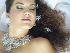 Nahrdelník a náušnice z ručně paličkované krajky. Barva bílo-stříbrno-modrá, třpytivé a štrasové kamínky. Šperky jsou vhodné pro nevěsty a slavnostní příležitosti. Bts, Jewelry, Fashion, Jewlery, Moda, Jewels, La Mode, Jewerly, Fasion