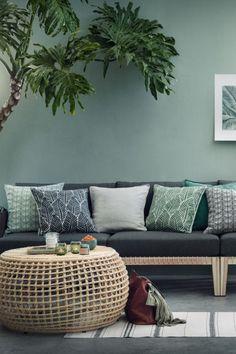 H&M home living room, living room green, living room decor, creation ho H&m Home Living Room, Living Room Green, Green Rooms, Living Room Designs, Living Room Decor, Hm Home, Printed Cushions, Cushions On Sofa, Spring Home Decor