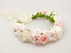 Uroczy wianuszek ze sztucznych kwiatów w odcieniu różu, bieli i śmietankowego beżu.  Do kupienia w ślubnym sklepie internetowym Madame Allure!