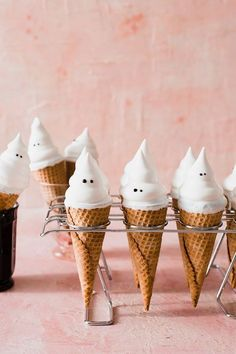 These adorable ghost hi-hat cupcake cones by are the perfect mix of cute and spooky! 👻 Find the instructions for this project… Halloween Tags, Halloween 2018, Halloween Torte, Halloween Backen, Holidays Halloween, Halloween Crafts, Happy Halloween, Halloween Decorations, Pink Halloween