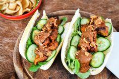 Recept voor broodje varkenshaassaté voor 4 personen. Met varkenshaas, satékruiden, ketjap, afbakstokbrood, komkommer, ijsbergsla, satésaus en gebakken uitjes