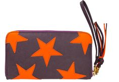 Cooles Portemonnaie in Lila von Fab. Die Geldbörse aus Leder kann durch einen Reißverschluss geschlossen werden, hat einen Fransenanhänger, einen Tragehenkel und Hinten eine Eingriffstasche. Innen ist das Portemonnaie Pink und hat viele Kartenfächer, sowie eine Reißverschlusstasche. Auffällig: Die orangenen Sterne in einer leuchtenden Farbe!